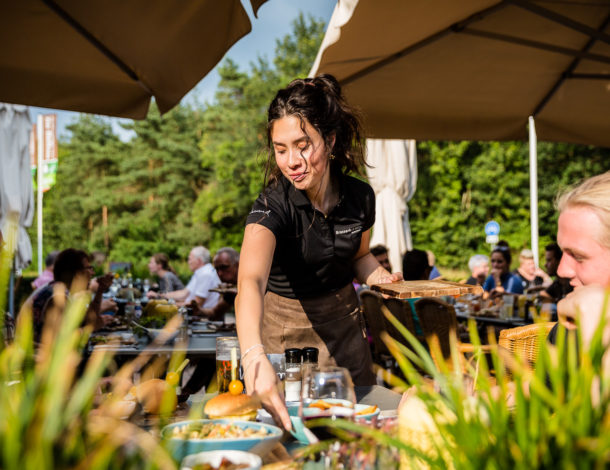 Brasserie De Belten serveerster